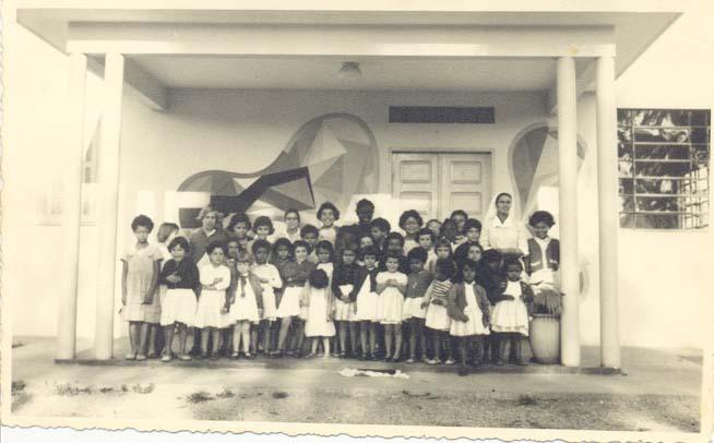 Foto 11 Primeiro grupo de meninas do internato com Ir Giselia